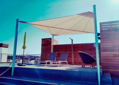 Vela enrollable motorizada en rooftop Cap Adriano