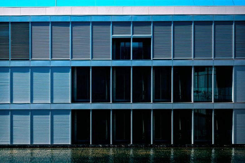 Fachada con persianas replegables venecianas exteriores
