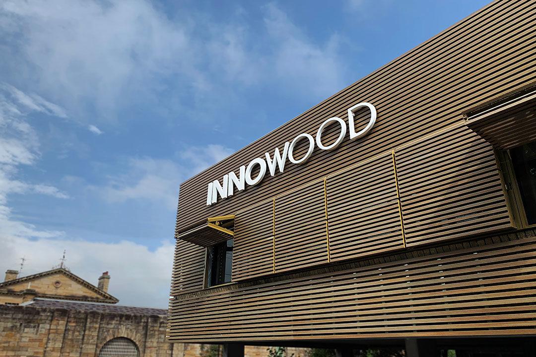 fachada con celosías plegables de madera